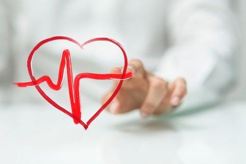 Mit dem Finger gemaltes Herz mit Herzfrequenz