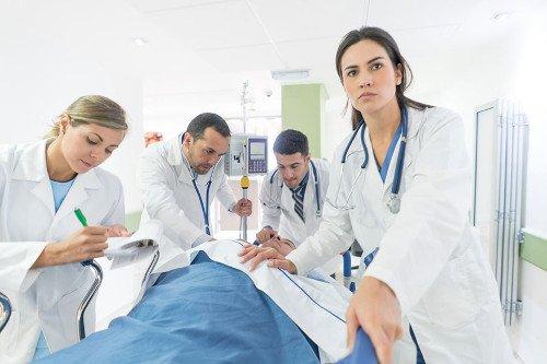 Notfallpatient wird gerade von Ärzten in das Krankenhaus geschoben.