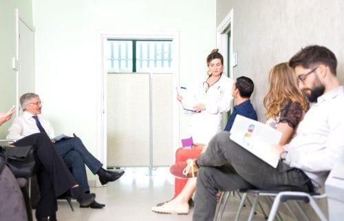 Patienten warten in einem Wartezimmer bis der Arzt sie abholt.