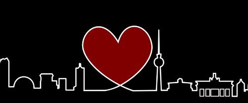 Skyline von Berlin mit einem Herz neben dem Fernsehturm